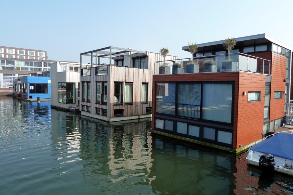 floating-homes-water-rowhomes-Amsterdam