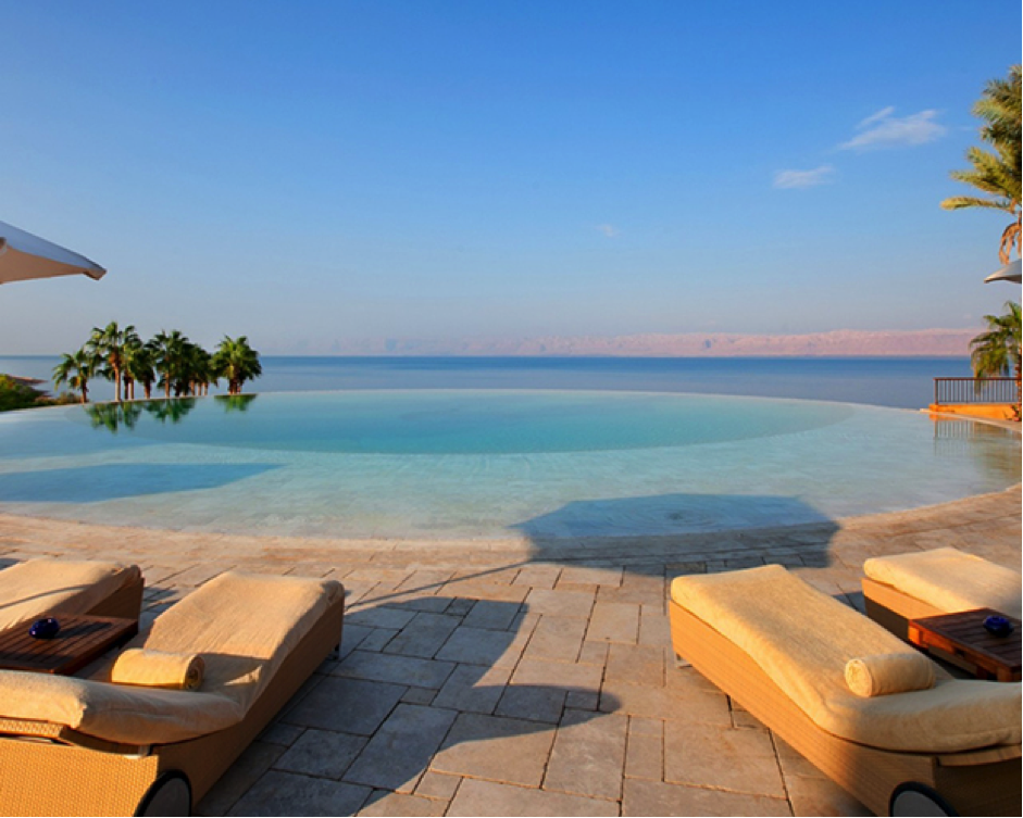 This infinity pool with a breath-taking surrounding awaits you at the Jordan Kempinski Hotel Ishtar. Photo: Kempinski