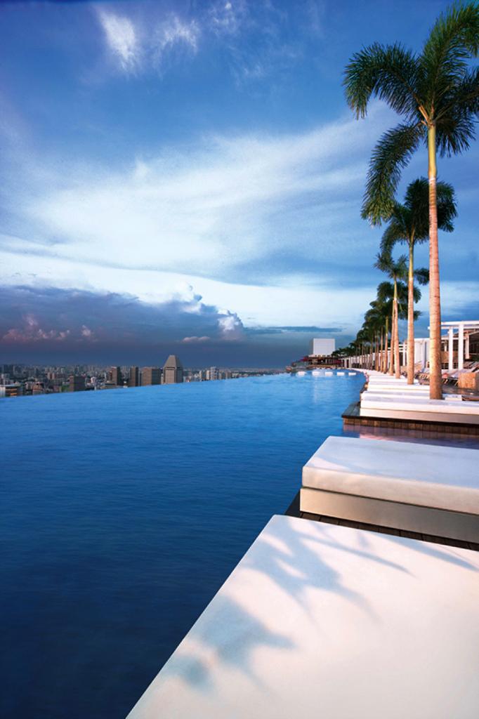 Il est fort probable que la piscine du toit de l'Hôtel Sand l Marina Bay offre la meilleure vue sur la ville de Singapour. Photo: Marina Bay Sands